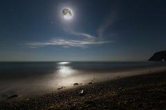 Nachtlandschaft des Meeres mit dem Mond und dem Mond ` s Weg Stockfotografie