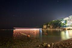 Nachtlandschaft des Schwimmens versendet in der Bucht von Budva, Montenegro Lizenzfreie Stockfotos