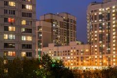Nachtlandschaft des Stadtviertels von einem Fenster Stockfoto