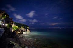 Nachtlandschaft mit Ansichten des Ozeans und der Sterne im Himmel Lizenzfreie Stockbilder
