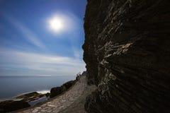Nachtlandschaft mit dem Meer, dem Mond und den Felsen Stockbild