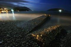 Nachtlandschaft mit dem Meer, dem Mond und den Steinen Stockfotos