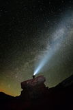Nachtlandschaft mit der Milchstraße über dem Ceahlau-Berg Stockfoto
