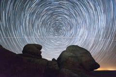 Nachtlandschaft mit startrails Lizenzfreie Stockfotos