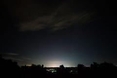 Nachtlandschaft mit Sternfeld über Udonthani-Stadt Lizenzfreies Stockfoto