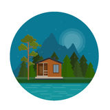 Nachtlandschaft mit Waldhaus auf dem See Lizenzfreies Stockfoto