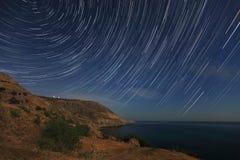 Nachtlandschaft, nächtlicher Himmel mit bewegenden Sternen Stockbilder