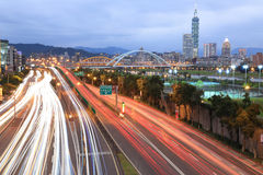 Nachtlandschaft von Taipeh-Stadt, mit Taipai 101 in Xin-Yi-Bezirk, Stadtzentrum mit Bogenbrücken und Auto schleppt auf Graben-All Stockfotografie