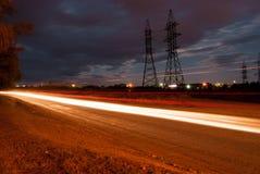 Nachtlandschap, de weg waarop de voertuigen reizen royalty-vrije stock foto