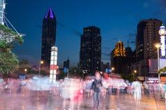 Nachtlandschap die van de stad, bij nacht, afgebraamde menigte kruisen Stock Foto