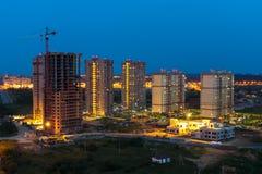 Nachtlandschap met de gebouwen van woon complexe Br Royalty-vrije Stock Foto's