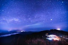 Nachtlandschap met kleurrijke Melkweg stock fotografie