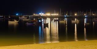 Nachtlandschap van de dijk in Cascais, Portugal stock foto