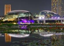 Nachtlandschap van de helder aangestoken Promenadetheaters op de Baai in Marina Bay Singapore stock fotografie