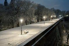 Nachtlandschap van de sneeuwstraten van Praag Stock Foto's