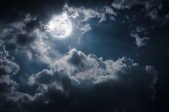 Nachtlandschap van hemel met bewolkte en heldere volle maan met shi Stock Foto