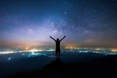 Nachtlandschap van Melkachtige manier boven het licht van plattelandsgebied Royalty-vrije Stock Afbeelding