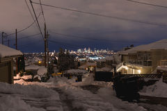 Nachtlange Belichtung schoss vom Winter in der Stadt mit glowinglights stockfotografie