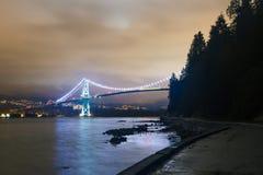 Nachtlange Belichtung schoss von der Brücke mit glühenden Lichtern stockfoto