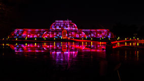 Nachtlaser-Projektion mit farbigen Reflexionen auf dem Wasser Lizenzfreies Stockfoto