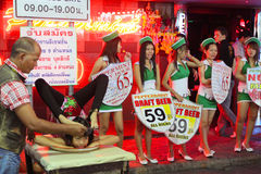 Nachtleben auf gehender Straße in Pattaya Stockfotografie
