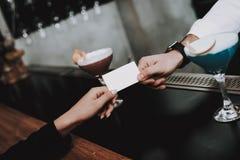 nachtleben barman zahlung mädchen cocktails sit lizenzfreie stockfotos