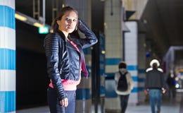 Nachtleben: Frau, bereiten vor, um herauszugehen Lizenzfreie Stockfotos