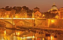 Nachtleuchte auf dem Tiber-Fluss stockfoto