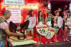 Nachtleven bij het Lopen van Straat in Pattaya Stock Fotografie