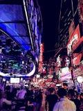 Nachtleven in een straat van Bangkok in Thailand vector illustratie