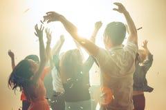Nachtleven en discoconcept De jongeren danst in club stock afbeelding