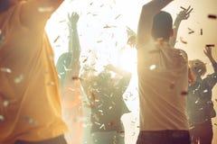 Nachtleven en discoconcept De jongeren danst in club stock fotografie