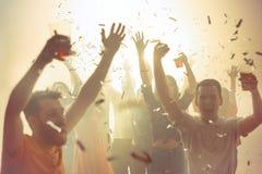 Nachtleven en discoconcept De jongeren danst in club stock afbeeldingen