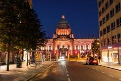 Nachtleven met stadhuis in Belfast, het UK bij nacht Stock Fotografie