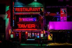 Nachtleven op 7de Weg bij nacht, af en toe Vierkante, Uit het stadscentrum Manha Royalty-vrije Stock Foto's