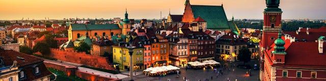 Nachtleven in Warshau, Polen, mensen bij het paleisvierkant stock foto