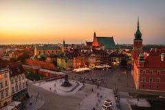 Nachtleven in Warshau, Polen, mensen bij het paleisvierkant Royalty-vrije Stock Afbeelding