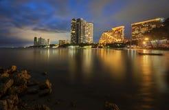 Nachtlicht bij Pattaya-strand Stock Foto's