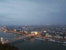Nachtlicht boven de stad stock afbeeldingen