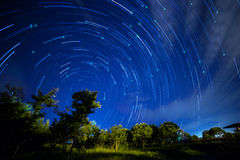 Nachtlicht mit Sternspuren stockfoto