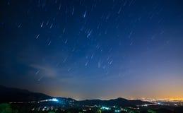 Nachtlicht mit Sternspuren stockfotos