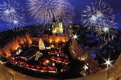 Nachtlicht in Praag Kerstmismarkten in Oud de Stadsvierkant van Praag royalty-vrije stock foto's