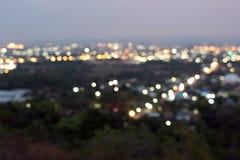 Nachtlichten met motieonduidelijk beeld stock afbeeldingen