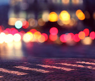 Nachtlichten in stad en gestreepte kruising Stock Fotografie