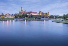 Nachtlichter auf dem Schloss und dem Fluss Lizenzfreies Stockfoto