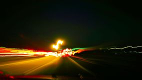 Nachtlichter auf der Straße Lizenzfreie Stockbilder