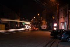 Nachtlichter auf einer Straße lizenzfreies stockfoto