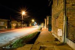 Nachtlichter auf einer Straße lizenzfreies stockbild