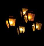 Nachtlichter belichten die dunkle Straße Stockfotografie