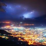 Nachtlichter der Küstenstadt von der Höhe Stockbild